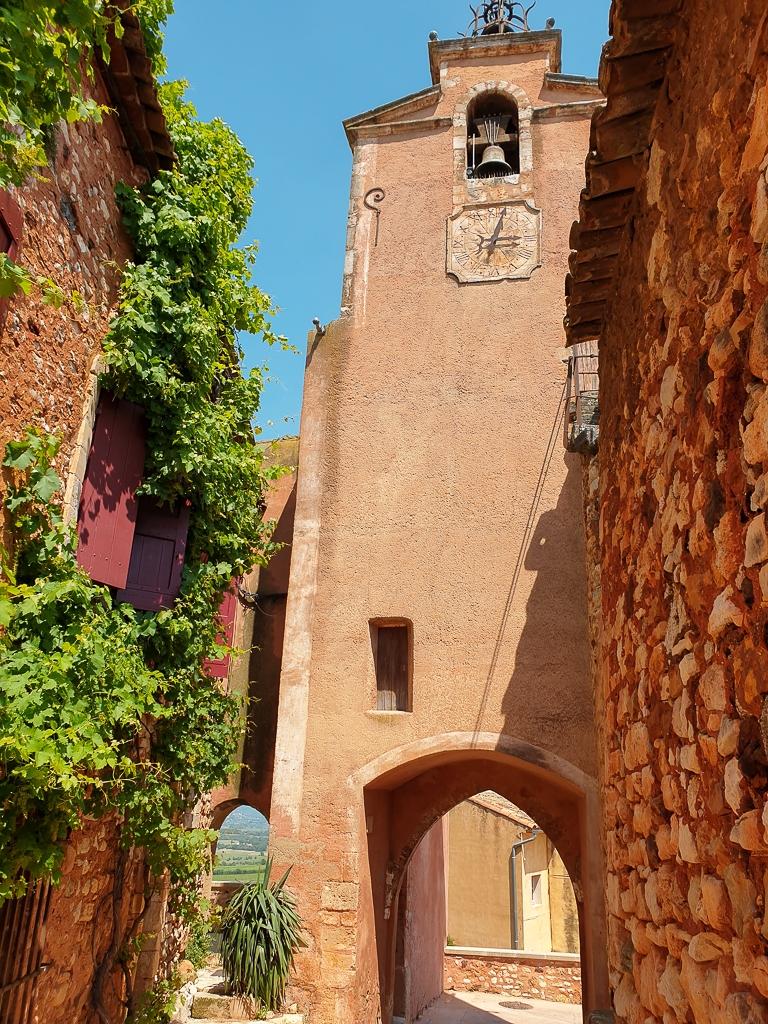 Clocher dans le village de Roussillon